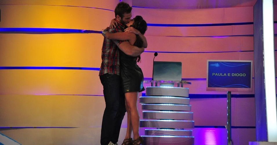Maria e Wesley se beijam no