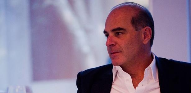 O empresário, apresentador e sócio da RedeTV!, Marcelo de Carvalho, almoça enquanto concede entrevista ao UOL, na tarde de quarta-feira (6/4/2011)