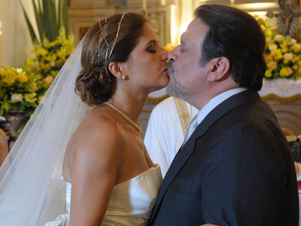 Lavínia (Nívea Stelmann) se casa com Oséas (Luís Melo) em