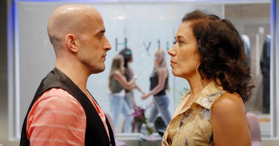 Mercedes (Lilia Cabral) resolve inovar e opta por um penteado moderno (18/4/11)