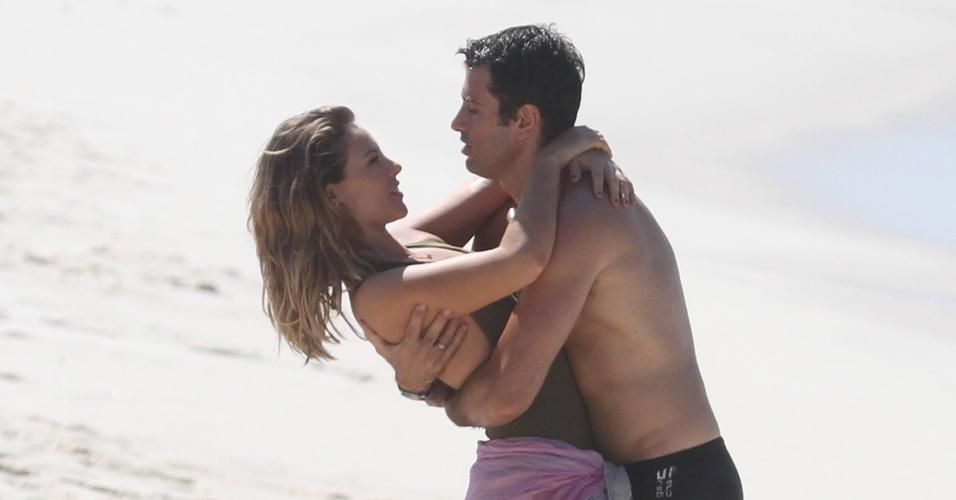 Paola Oliveira (Marina) e Eriberto Leão (Pedro) gravam cenas de beijo (18/4/11)