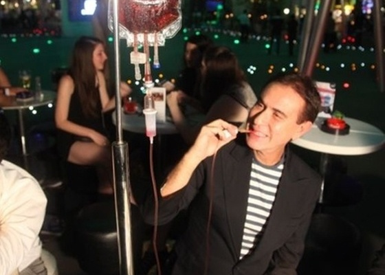 Amaury Jr. visita um bar temático em Cingapura e tem que beber drink servido em bolsa de soro (2011)