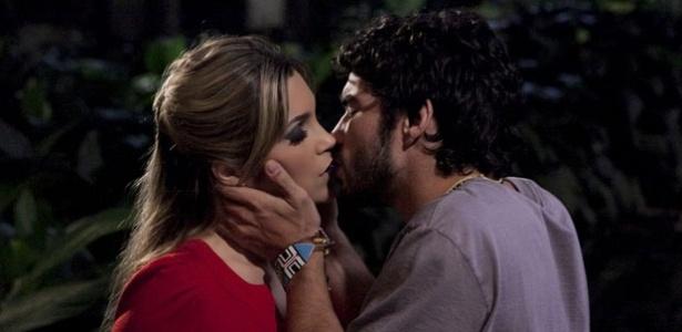Flávia Alessandra e Caio Blat em cena de