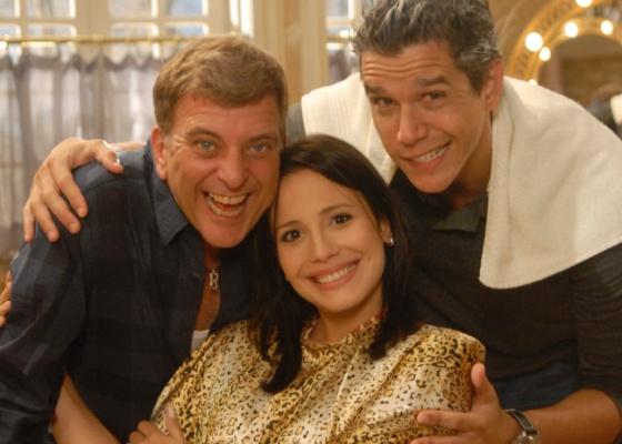 Jorge Fernando (à esq.), Juliana Knust e Márcio Garcia durante gravação de um episódio do seriado Macho Man, da Globo (2011)