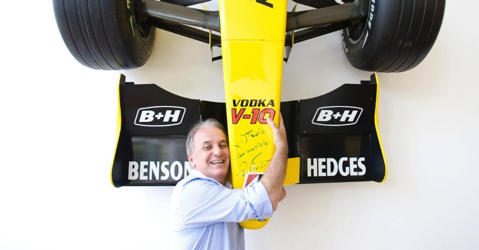 O apresentador e piloto Otávio Mesquita, abraça o carro Fórmula 1 da equipe Jordan, que foi pilotado pelo italiano Giancarlo Fisichella e que está pendurado em uma das paredes de sua casa no Morumbi, em São Paulo (12/5/2011)