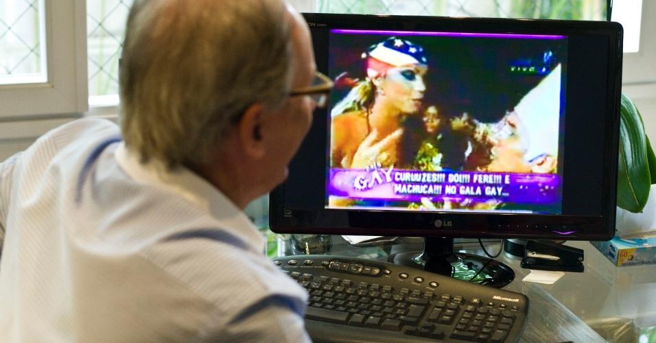 Otávio Mesquita começou a carreira como repórter em bailes de Carnaval no Rio de Janeiro. Na foto, o apresentador mostra um vídeo polêmico de uma cobertura que fez do Gala Gay, quando ainda trabalhava na RedeTV! (12/5/2011)