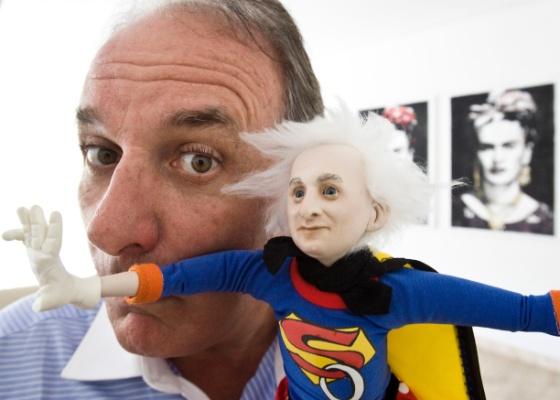 """Otávio Mesquita mostra o """"Super Otávio"""", presente enviado por um fã ao apresentador (12/5/2011)"""