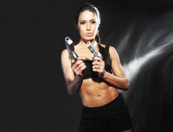 """Gracyanne Barbosa se veste de Lara Croft para o """"Superpop"""" (18/5/11)"""