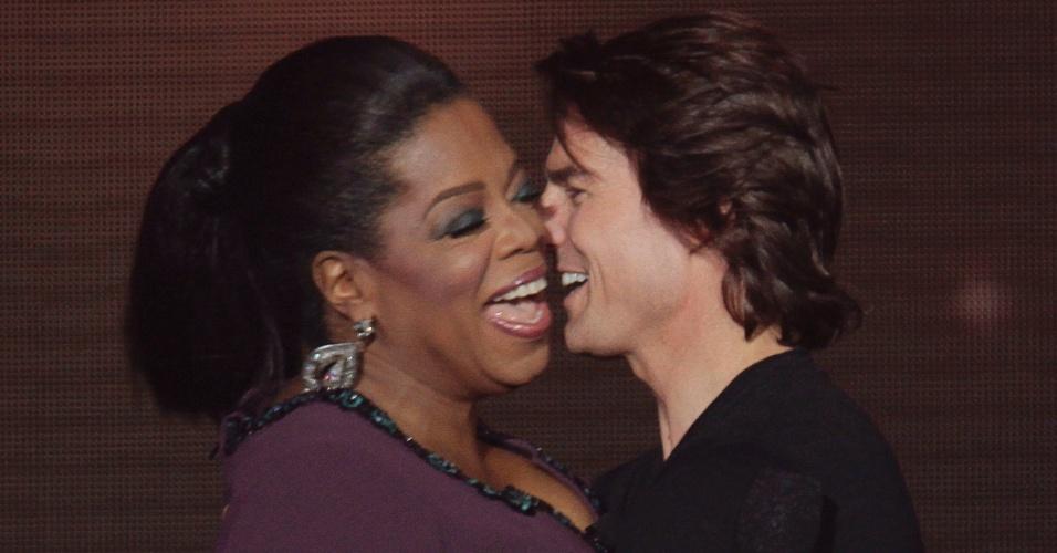 Oprah Winfrey ganha um abraço do ator Tom Cruise durante a gravação do último