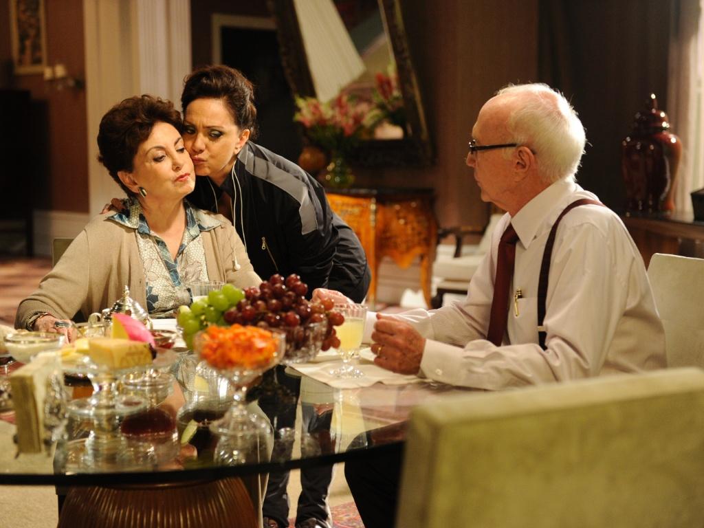 Da esquerda para a direita, os atores Beatriz Segall, Eliane Giardini e Roberto Maya em cena de