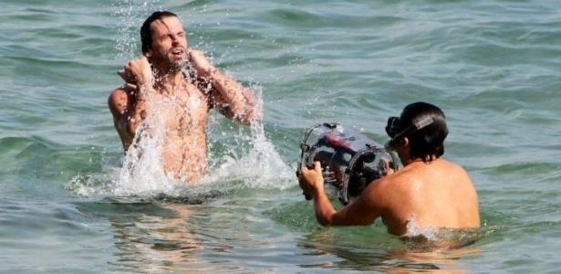 Henri Castelli grava cenas no mar para a série