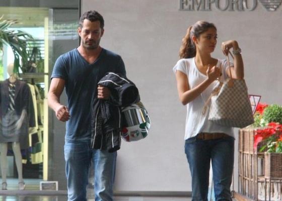 Malvino Salvador e Sophie Charlotte almoçam em shopping carioca (25/5/2011)