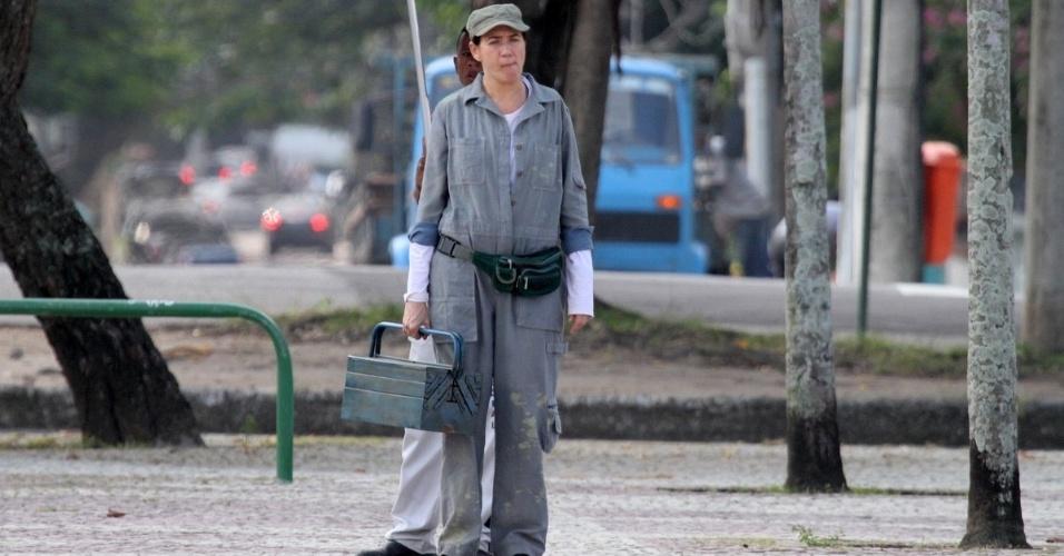 Vestida de mecânica, Lilia Cabral grava cenas de