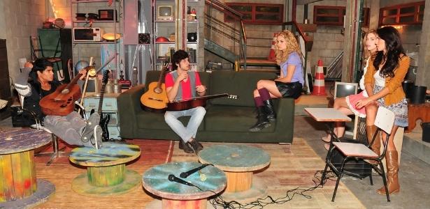 Micael Borges, Chay Suede, Lua Blanco, Sophia Abrahão e Mel Fronckowiak em cena de Rebelde (9/6/11)