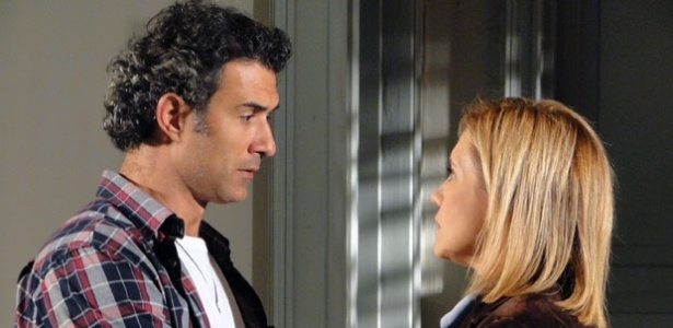 Abner pede desculpas para Júlia, mas ela diz que não volta mais para ele