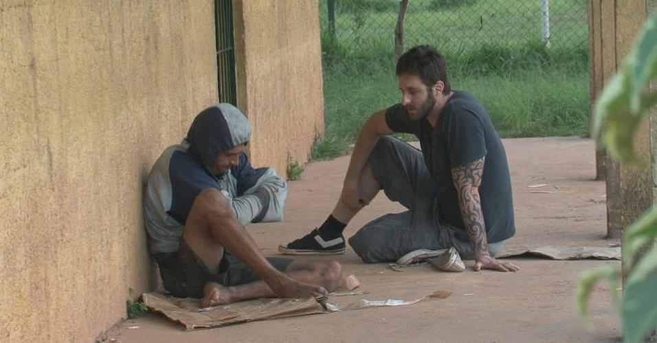 Rafinha Bastos conversa com um dependente de crack em