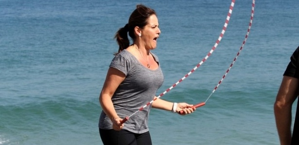Renata Ceribelli pula corda durante gravação do quadro