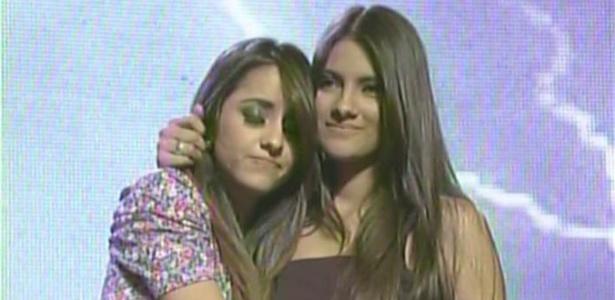 Karielle Gontijo e Hellen Caroline se abraçam enquanto aguardam o resultado da votação, no programa Ídolos desta quinta-feira (30)