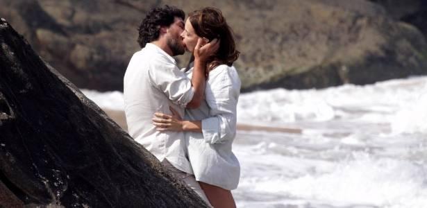 Rodrigo Lombardi e Carolina Ferraz beijam-se durante gravação de