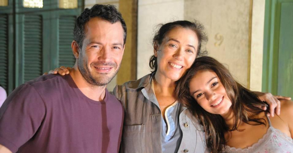 Da esquerda para a direita, Malvino Salvador, Lilia Cabral e Sophie Charlotte durante gravação de