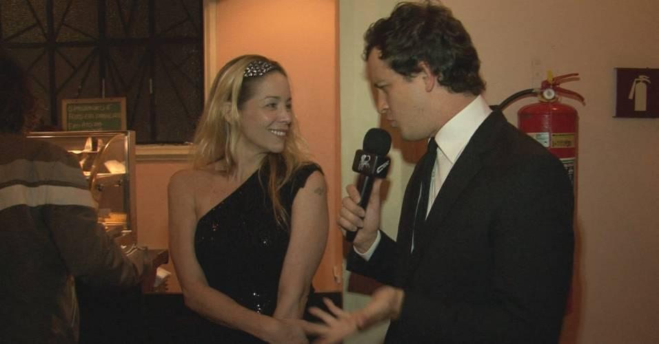 Danielle Winits dá entrevista para o repórter do