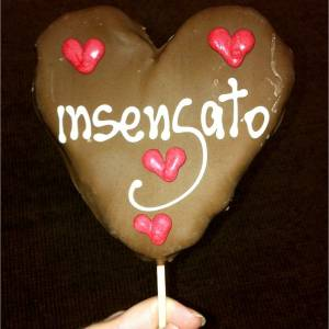 Deborah Evelyn distribui chocolates nos bastidores de Insensato Coração (15/8/11)