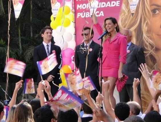 Natalie Lamour (Deborah Secco) participa de comício durante sua campanha para se eleger deputada