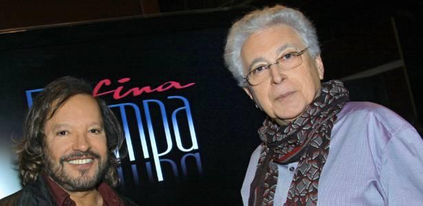Wolf Maya e Aguinaldo Silva posam para foto em estreia de Fina Estampa