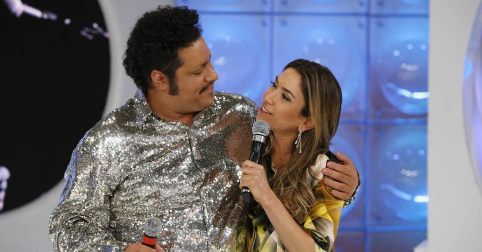 A apresentadora Patricia Abravanel recebe o sobrinho, Tiago Abravanel, no programa
