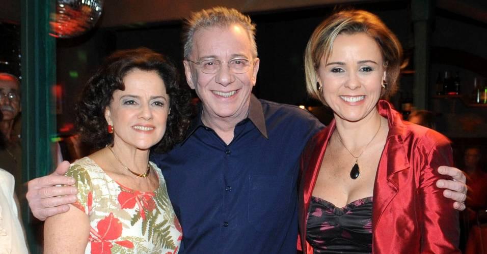 """Marieta Severo, Marco Nanini e Giulia Gam posam em um intervalo de gravação de """"A Grande Família"""" (29/8/11)"""
