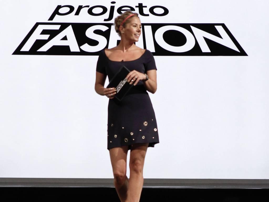 A apresentadora Adriane Galisteu na passarela em que os participantes do reality show