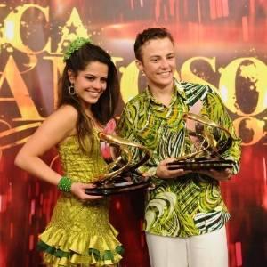 """Miguel Roncato segura o troféu de vencedor da """"Dança dos Famosos"""" de 2011"""