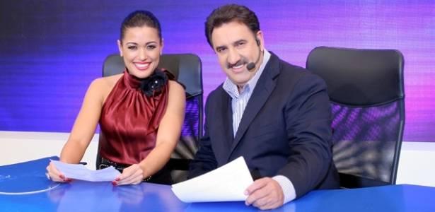 O apresentador Ratinho e sua colega de programa Milene Uehara
