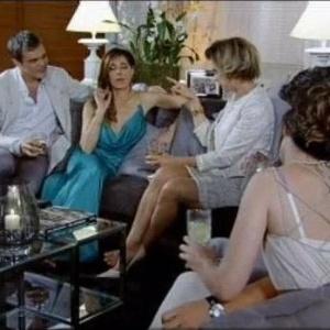 Momentos antes de ser desmascarada por Griselda (Lilia Cabral), Mirna (Angelia Vieira) aparece em cena calçando apenas um sapato (07/09)