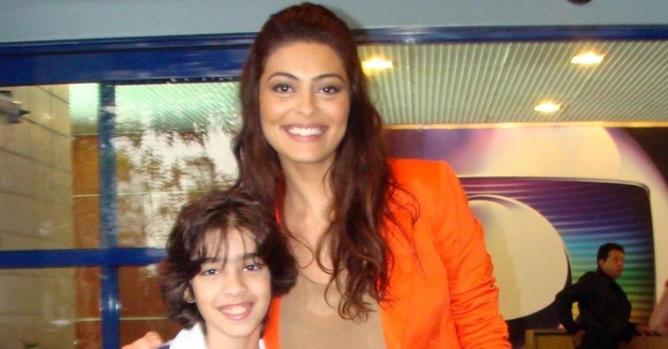 Matheus Costa posa com Juliana Paes na Globo, no Rio de Janeiro (13/9/11)