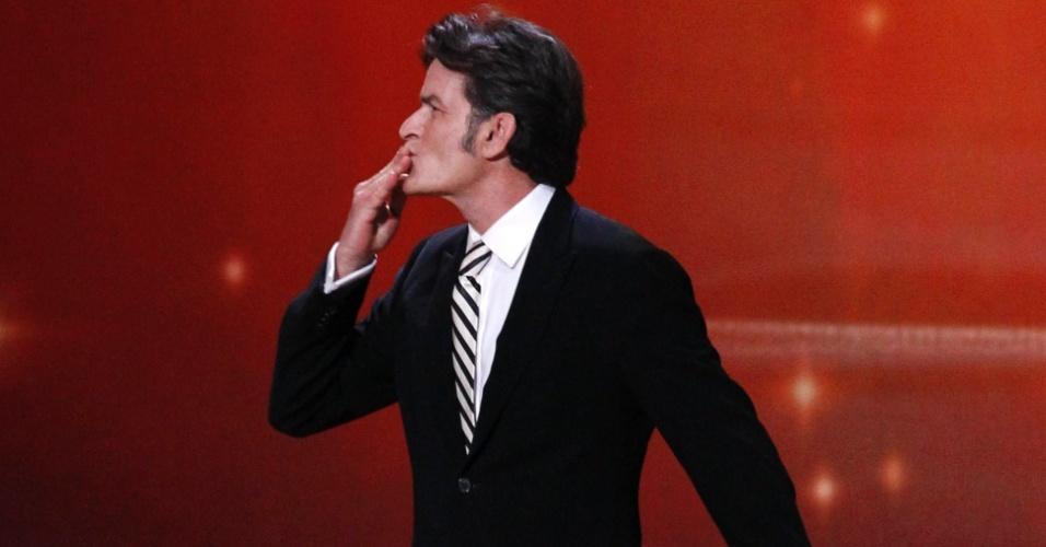 Charlie Sheen entrega prêmio para o melhor ator de comédia no Emmy 2011