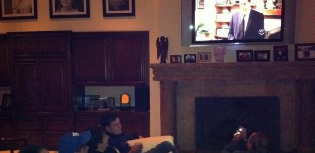 Ao lado de amigos, Charlie Sheen assiste à seu funeral na série