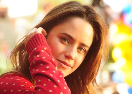 Fernanda Vasconcellos posa durante uma gravação de A Vida da Gente