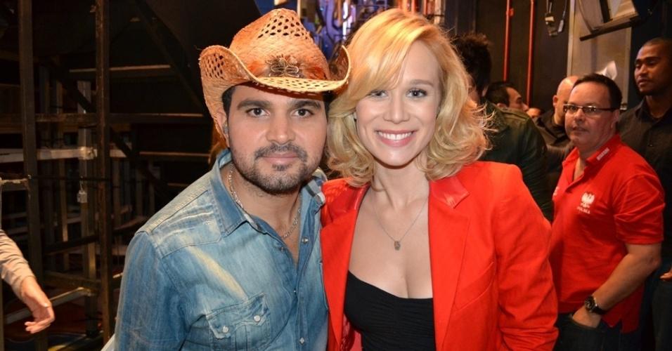 O cantor Luciano e a atriz Mariana Ximenes nos bastidores do programa