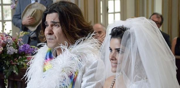 O casal entra na igreja, mas Áureo amarela