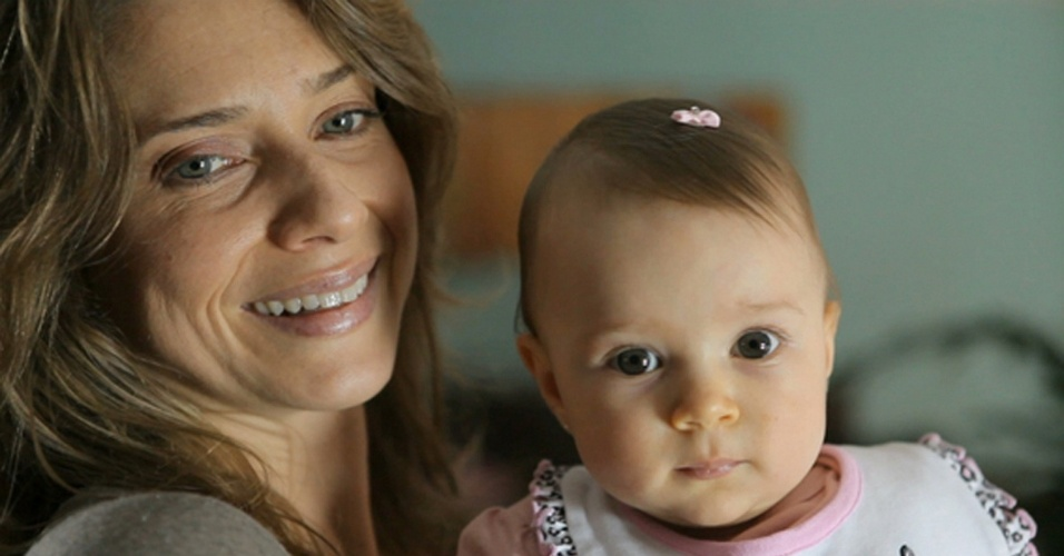 Letícia Spiller apresenta a filha Stella no programa