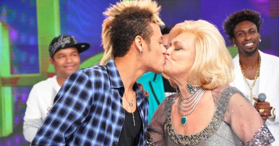 Neymar ganha selinho da apresentadora Hebe (27/10/2011)