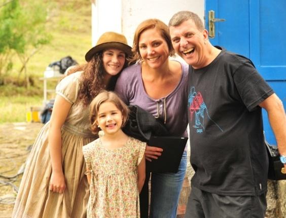 Heloísa Perissé posa ao lado das filhas Luisa e Antonia, e do diretor Jorge Fernando em Santa Maria Madalena (17/11/11)