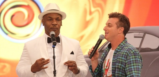 """Luciano Huck recebe Mike Tyson no palco do """"Caldeirão do Huck"""" (19/11/2011) - PhotoRioNews"""