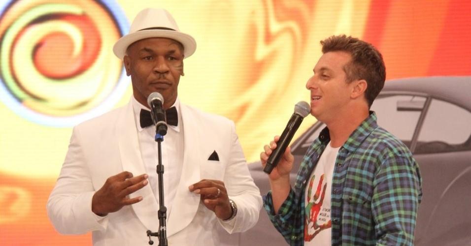 """Luciano Huck recebe Mike Tyson no palco do """"Caldeirão do Huck"""" (19/11/2011)"""