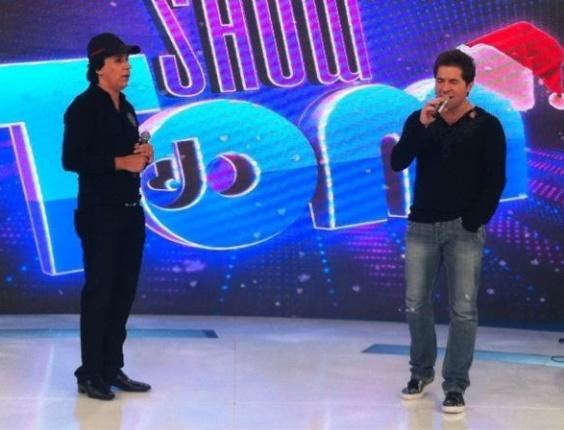 Tom Cavalcante (esq.) grava especial de natal na Record, ao lado do cantor Daniel (18/11/11)
