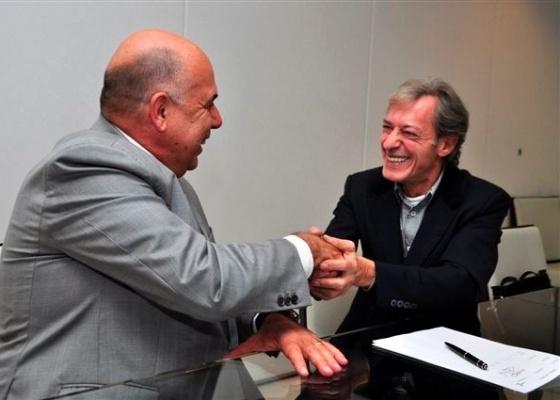 José Simão (à dir.) cumpimenta o presidente da RedeTV! Amilcare Dallevo após assinar contrato com a emissora (24/11/2011)
