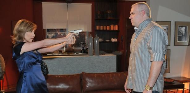 """Regina (Beth Goulart) atira em Cleber (Sandro Rocha) por tê-la contaminado com HIV em """"Vidas em Jogo"""""""