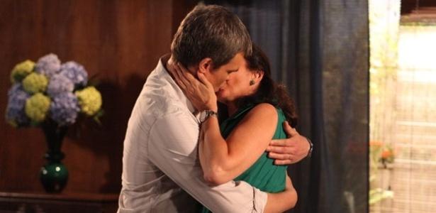Em Fina Estampa, Renê finalmente se declara e beija Griselda (7/12/11)