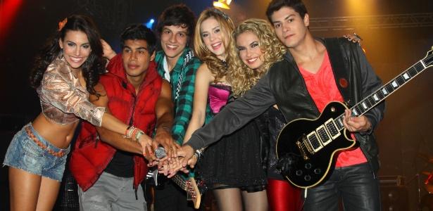 """Da esquerda para direita, Mel Fronckowiak, Micael Borges, Chay Suede, Sophia Abrahão, Lua Blanco e Arthur Aguiar, protagonistas de """"Rebelde"""""""